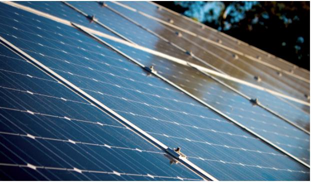 Meerdere zonnepanelen op een dak